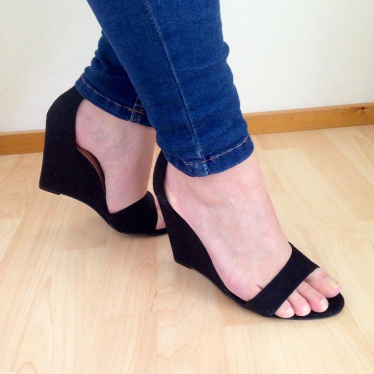 Mustat kiilakorko sandaletit nilkkaremmillä (Asos/NewLook)