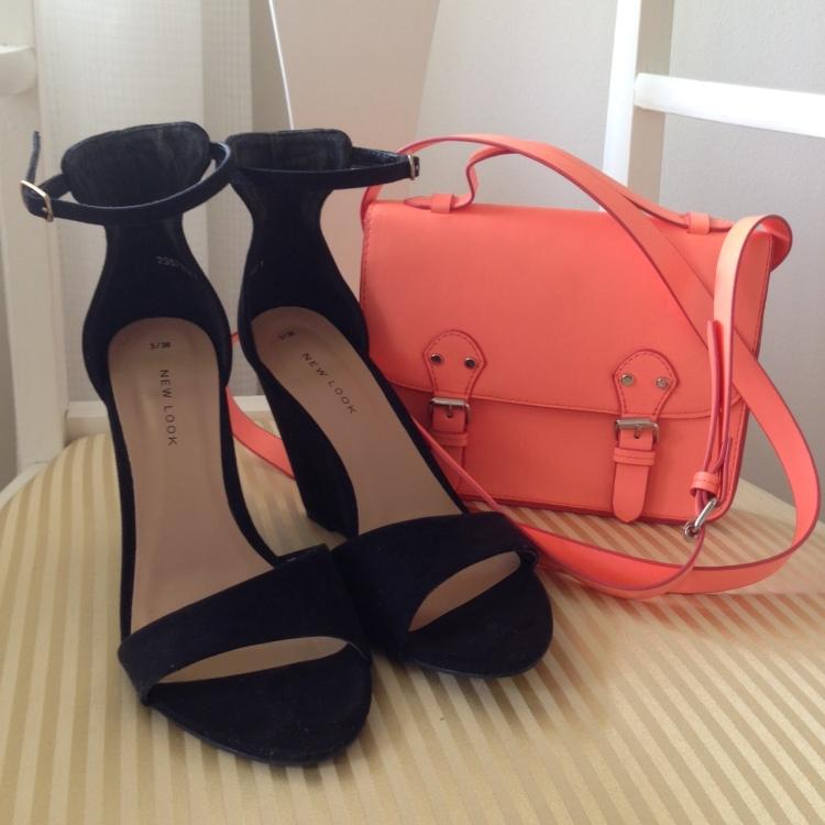Mustat kiilakorko sandaletit nilkkaremmillä & neon oranssi olkalaukku ( H&M)