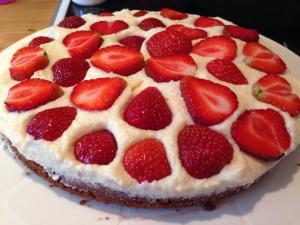 Kakun pohjana käytin kinuskissan tummaa suklaapohjaa, väleissä vanilja täyettä ja tuotreita mansikoita.