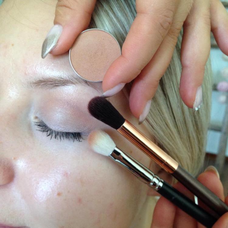 Vaaleanrusehatva sävy Makeup Geek Créme Brulee sekä MAC sivellin ja BH Cosmetics pitkä häivytys-sivellin.