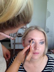 Valeaa hohdeluomiväriä kulmluulle Makeup Geek Shimma Shimma.