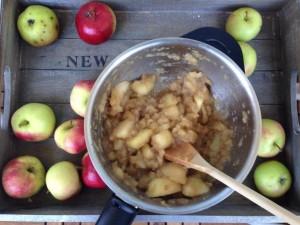 Hienonna omenapalat vielä hienommaksi, lähes sokeiseksi keittämisen jälkeen.