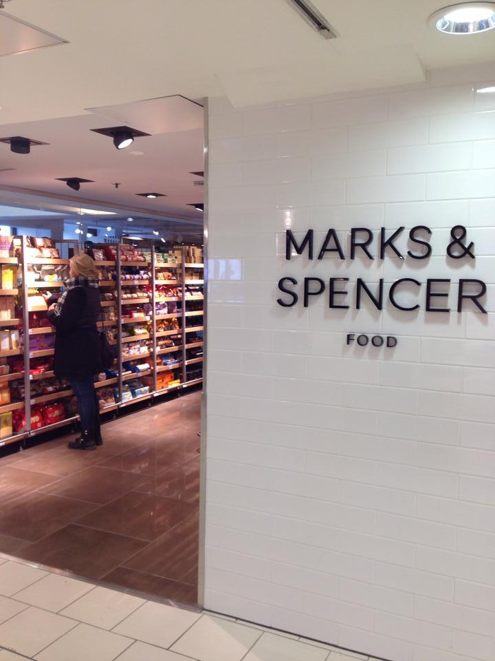 Marks & Spencerin herkkumyymälä oli ovelasti sijoitettu sokoksen 4. kerrokseen, keskelle miesten osastoa. ;)